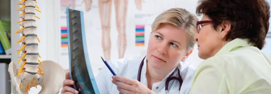 Врач показывает снимок пациенту